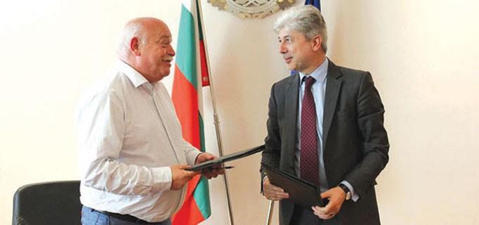 Министър Нено Димов и шефът на АПИ инж. Дончо Атанасов подписаха договор за превантивни дейности срещу свлачищата у нас