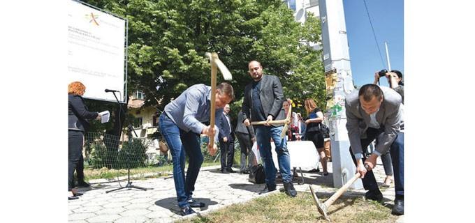 Със символична първа копка кметът д-р Атанас Камбитов даде старт на строителството на новия обект