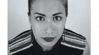 """Илина Любомирова Николова е родена в София на 19 март 1992 г. Средното си образование завършва през 2011г. в 133-то СОУ """"А. С .Пушкин"""" с руски език. След това заминава за Англия, където през 2014 г. завършва бакалавърска степен по """"Интериорна архитектура и дизайн"""" в Университета на Портсмут. При завръщането си в България започва работа като стажант в студио за интериорен дизайн, а след това (и до днес) е главен дизайнер във водеща фабрика за мебели и интериор. От лятото на 2016 г. прекарва времето си, отглеждайки дъщеря си Арина и кучето им Марли, но това не значи, че е изоставила дизайна."""