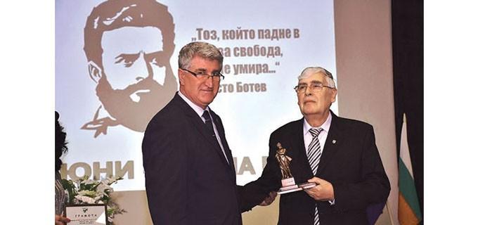 Председателят на Общинския съвет във Враца Румен Антов връчи отличието на инж. Тодор Топалски