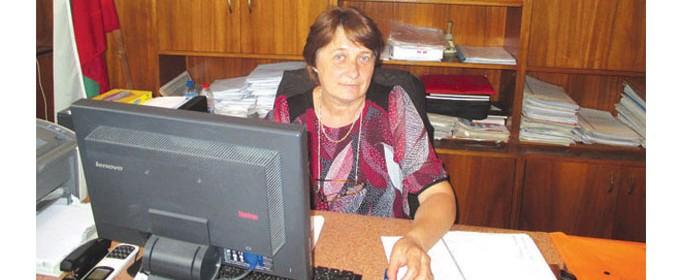 Пенка Маринова е родена през 1958 г. в с. Павел, но целият й живот преминава в с. Масларево, община Полски Тръмбеш. Има средно икономическо образование. 11 години се занимава със счетоводство, а от близо 20 години работи в сферата на търговията. От 2011 г. е кмет на Масларево, втори мандат.