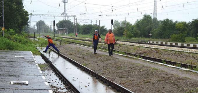 Заради обилните валежи частично бе залята жп линията край Джулюница