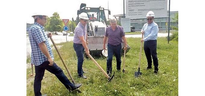 В церемонията за първа копка и старт на ремонта участваха зам.-кметът Георги Камарашев и представителите на строителната компания Филип Маринов и Румен Игнатов.