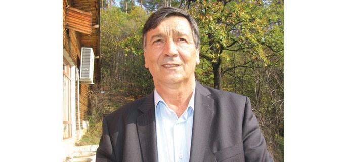 """Борис Николов е кмет на Белоградчик от 2011 година. Управлявал е града и в първите демократични години. Това е третият му мандат. По професия е инженер по транспорта. Ръководил е общинско транспортно предприятие, минал е през частния бизнес, бил е и депутат. От младини до днес живее и работи само в Белоградчик. Построил си е къща в ромския квартал """"Карловица""""."""