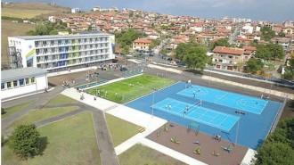 Просторният двор предлага възможности за спорт със своите нови игрища по волейбол, баскетбол, футбол и фитнес площадка