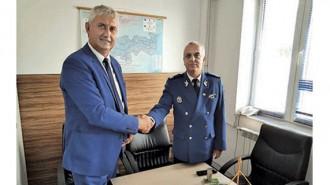 Кметът на община Мездра Генади Събков и главният инспектор на жандармерията в окръг Мехидинци Даниел Манолеа подписаха договора за строителните дейности