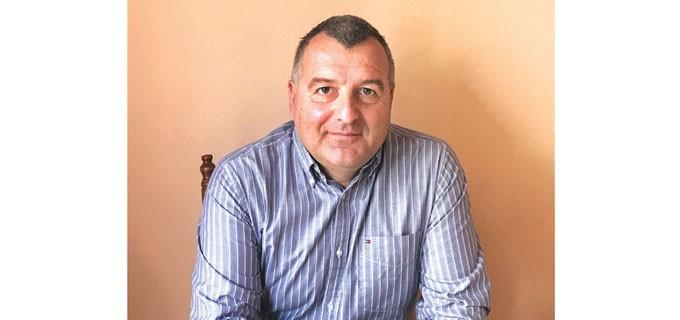 """Профeсорът по строително инженерство Дамян Кашлакев е роден в София. Завършва математическата гимназия. Дипломира сe във ВИАС, специалност """"Строително инженерство"""". През 1992 г. заминава като аспирант в университета в Орегон.  През 2002 г. с група учени публикува първия стандарт за композитните материали в строителството. Основател е и директор на Националния изследователски център на плувната индустрия на САЩ. Проф. Кашлакев е автор на над 150 научни публикации за използването на иновативни композитни материали. Член е на множество международни организации в тази област."""