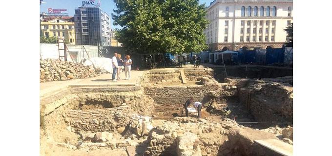 Месец след прекратяване на старата се очаква да бъде обявена новата процедура за ремонта на площада